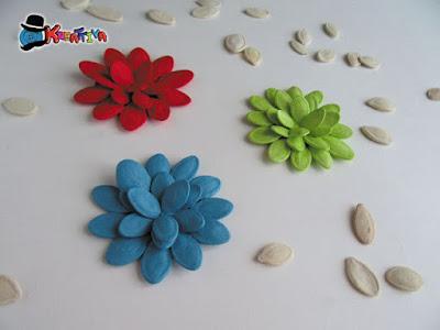 Fiori chiudi pacco o segnaposti con semi di zucca