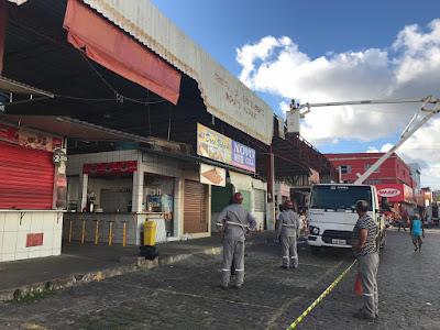 Prefeitura de Santo Antônio de Jesus retira testeiras dos galpões da Feira Livre