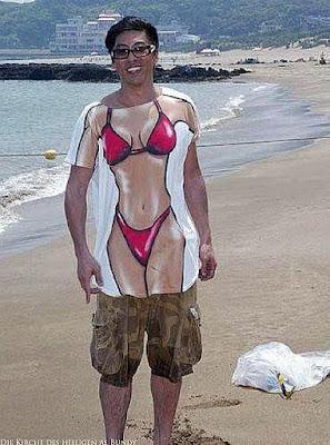 Mann am Strand mit lustigem Tussi T-Shirt
