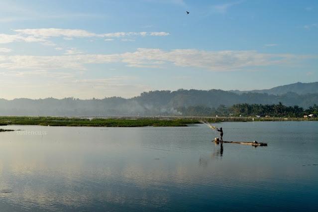 Cerita tentang perjalanan saat menikmati Matahari Terbit Di Rowo Jombor, Klaten. Memotret sunrise adalah hal menyenangkan!