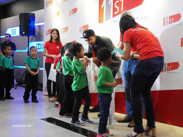 The children from The Budimas Charitable Foundation excitedly receiving duit raya and gifts from 11street
