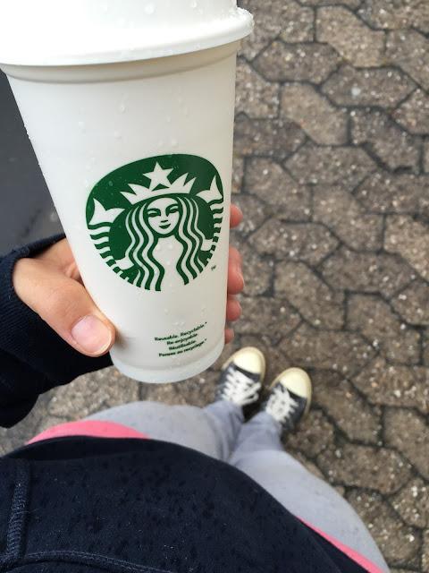 mit kaffee auf den weg zum umzug