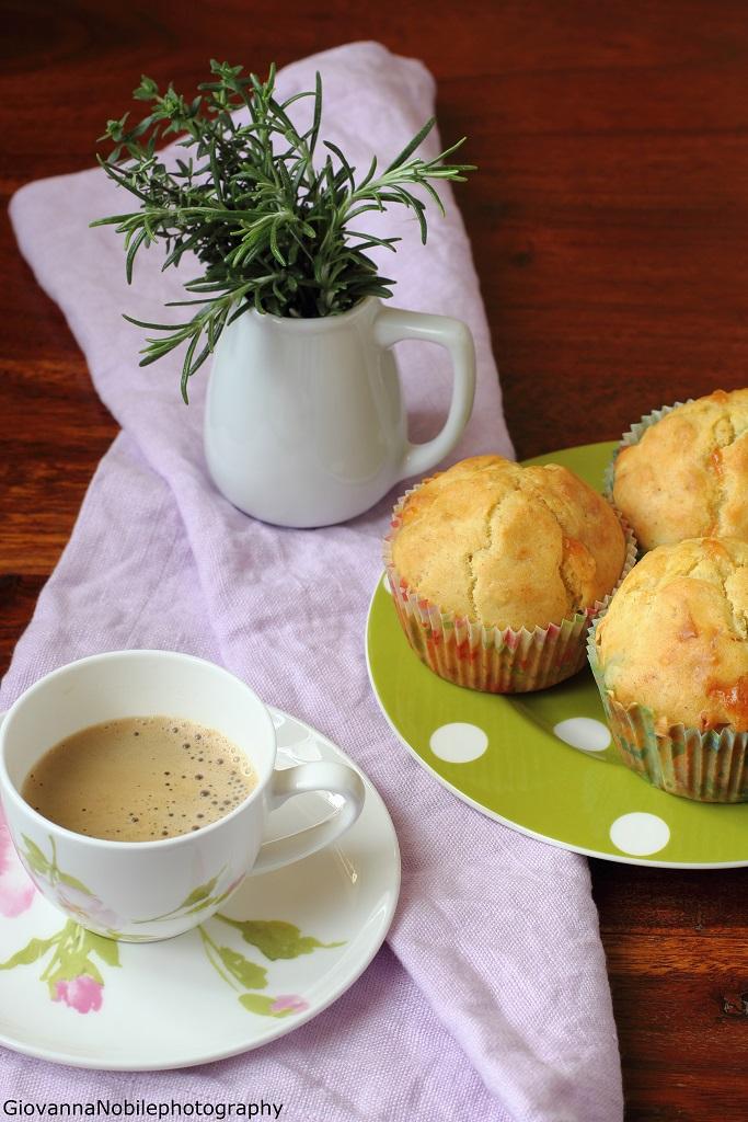 Muffin con piselli, prosciutto crudo e provola silana