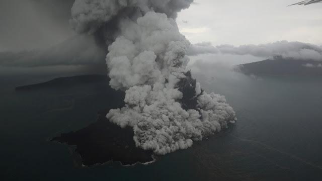 BMKG: Ketinggian Debu Vulkanik Gunung Anak Krakatau Mencapai 12 Km