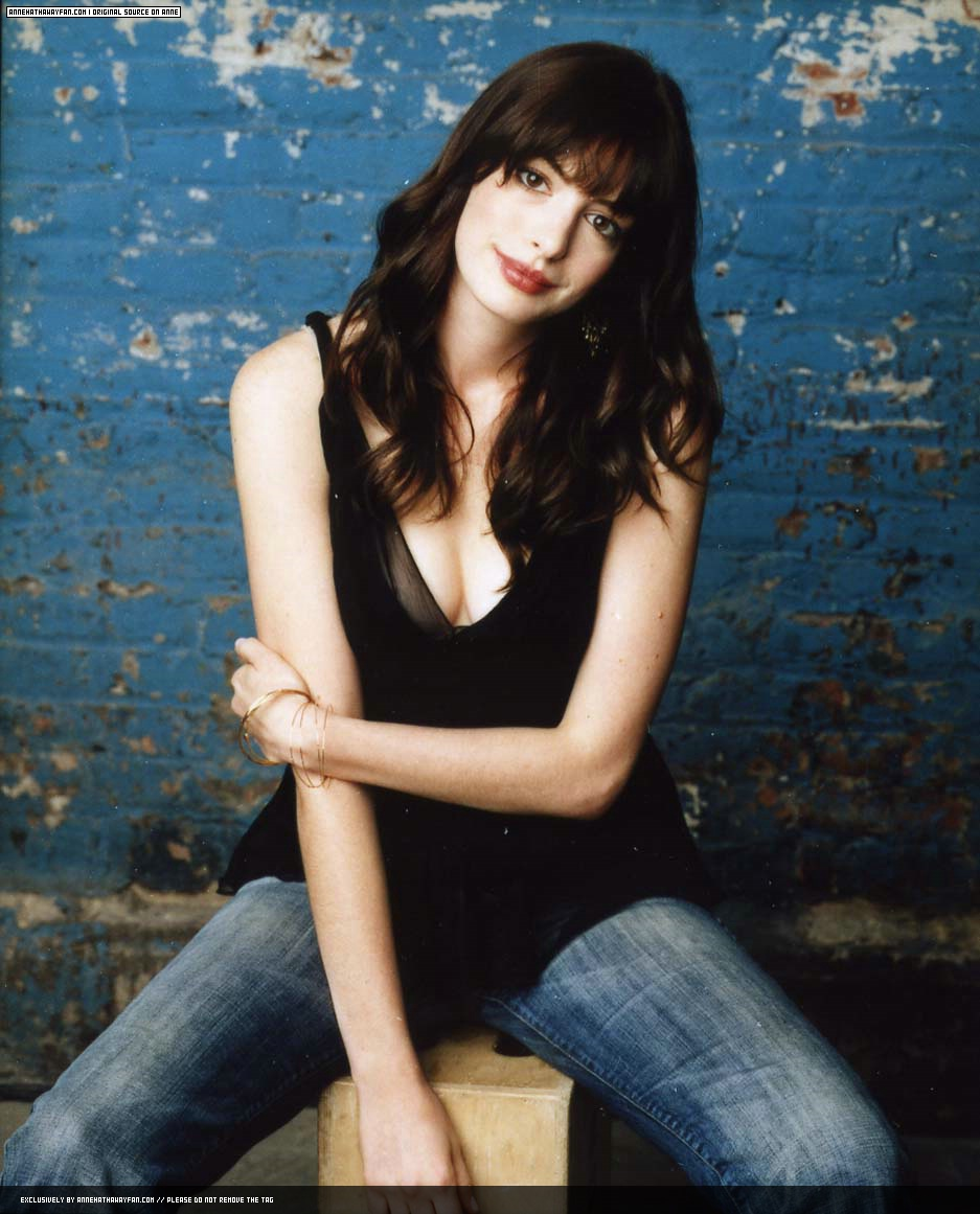 Anne Hathaway Biography: Anne Hathaway Mini Biography And Cute Wallpaper