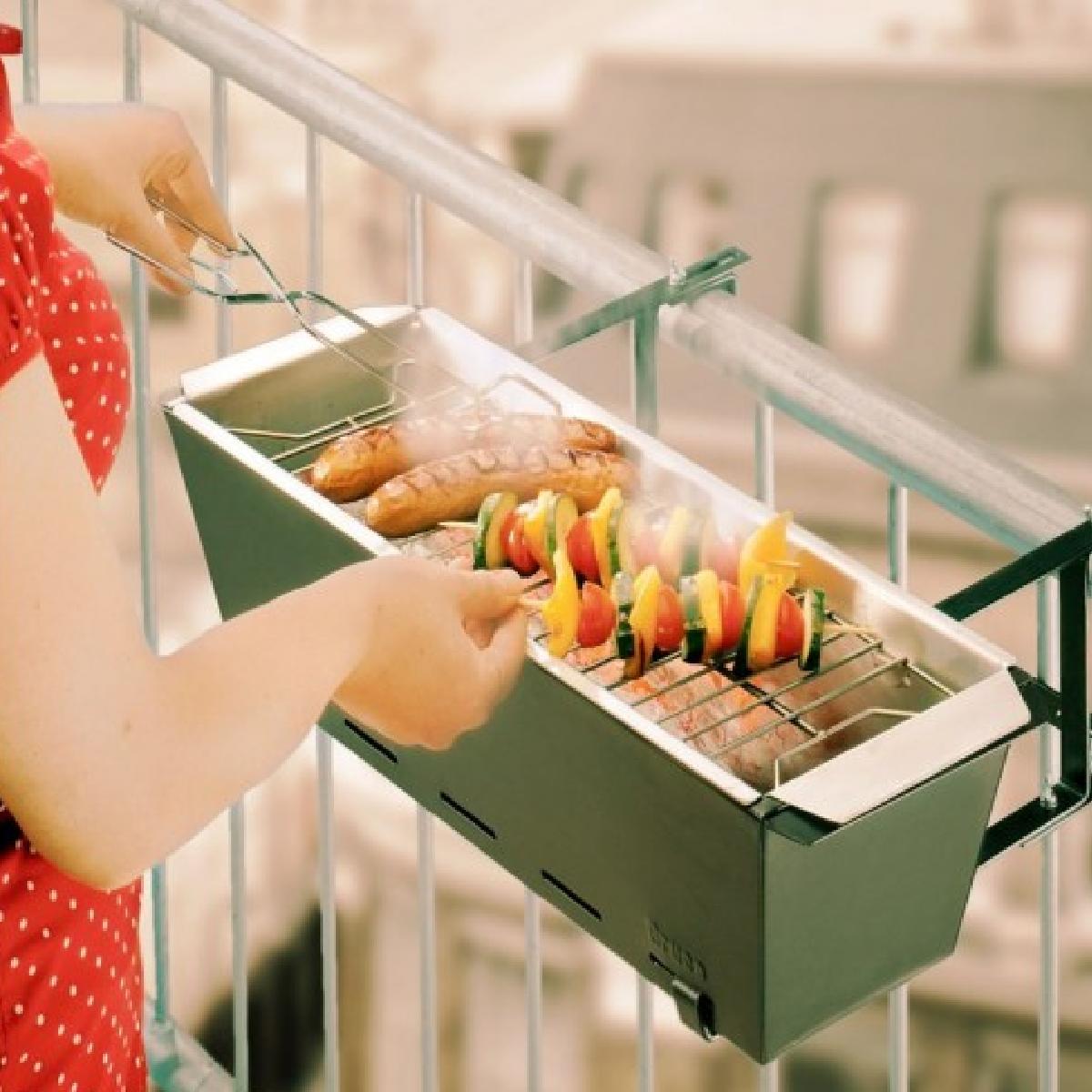 Grillade avec le barbecue de balcon