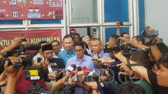 Jenguk Dhani, Sandi: Hukum Bukan untuk Memukul Lawan!