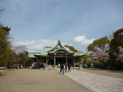 拝殿と染井吉野
