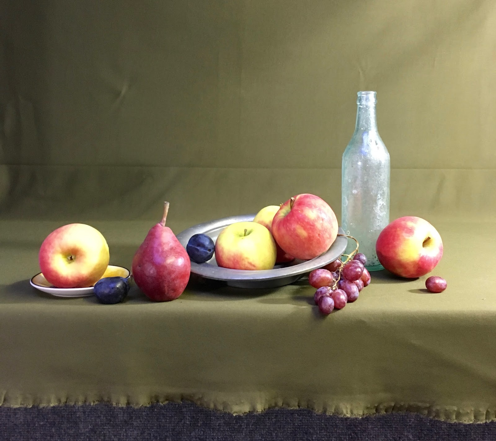 Newyorkcitypainter new still life red and white vase with fruit i started the painting as if the still life were resting on a wooden shelf instead of on the fabric reviewsmspy