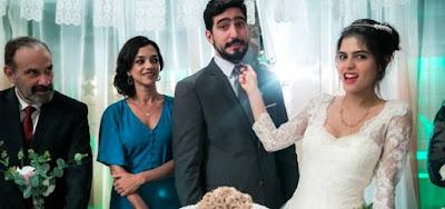 Os noivos Laila (Julia Dalavia) e Jamil (Renato Góes) ao lado dos pais dela durante o casamento em Órfãos da Terra