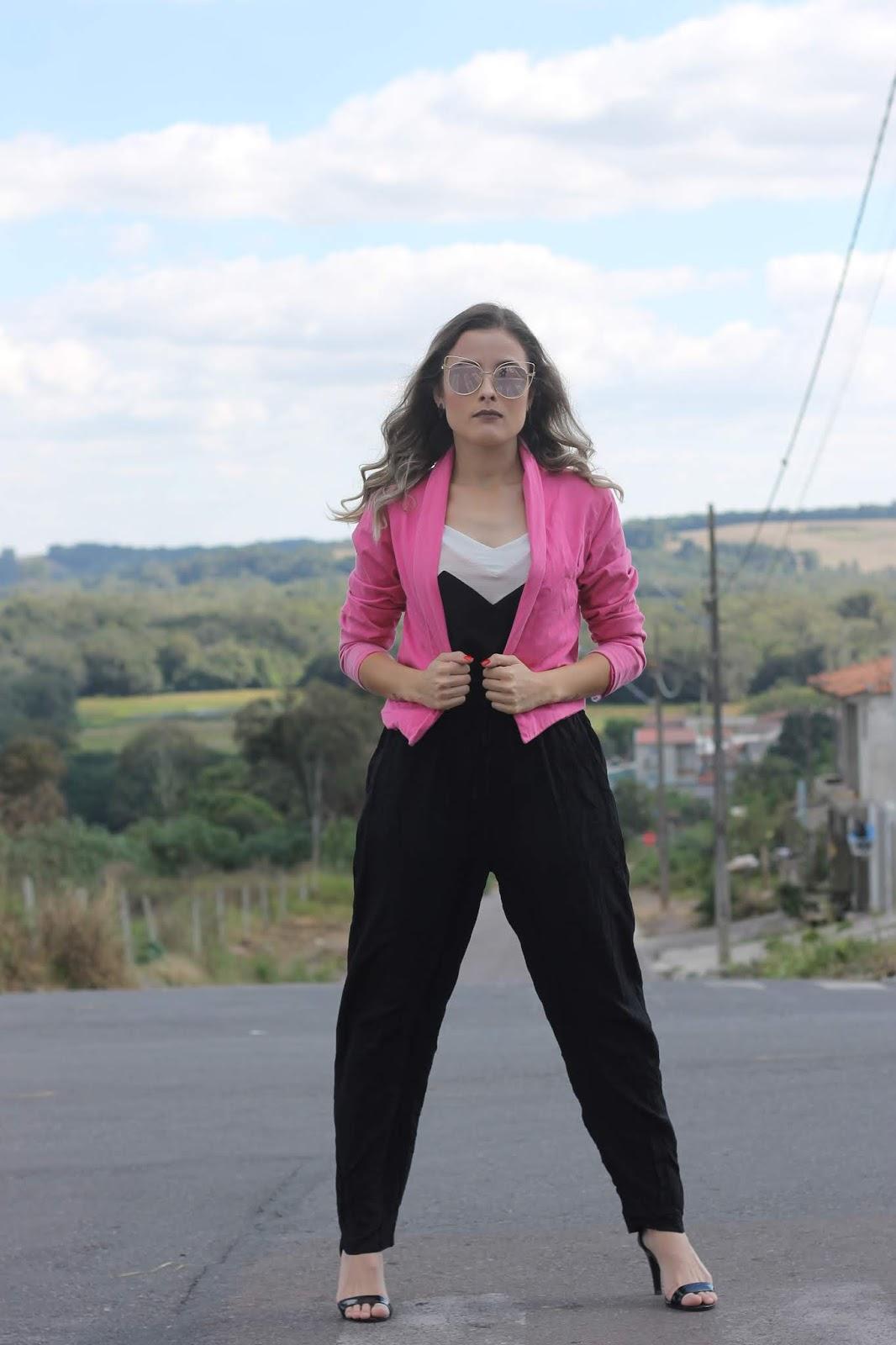 look blazer pink, calça preta