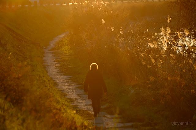Donna che cammina in riva al fiume