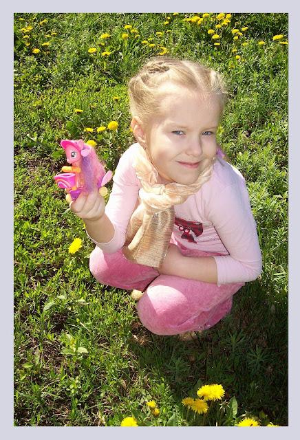 тёплый весенний денёк - Настя на одуванчиковой полянке
