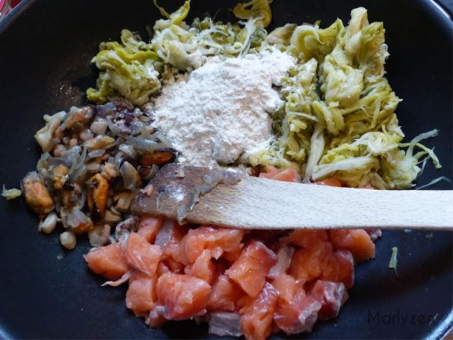 Ajoutez les poireaux, le saumon, la farine.