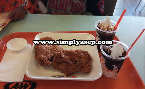 SUNDAE : Ini menu ice cream Sundae yang banyak disukai oleh anak anak.  Foto Asep Haryono