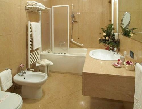 desain kamar mandi hotel minimalis