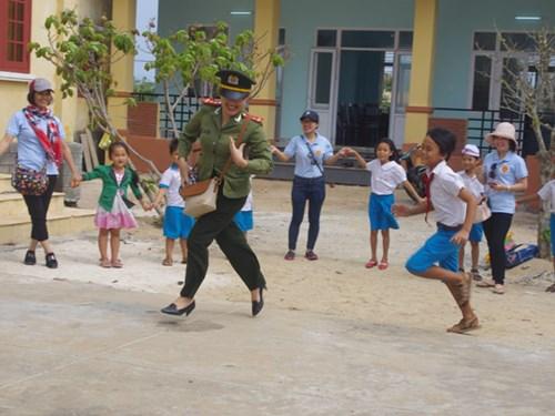 Vui chơi cùng trẻ em trên đảo