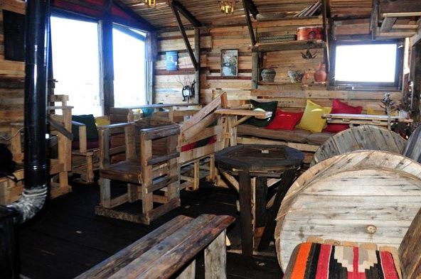 شاب من السويداء يشييد كوخ من المواد الخشبية التالفة بمساحة 40 مترا.(فيديو)