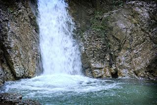 Pemandangan Air Terjun Cikaso Sukabumi yang Menarik Hati
