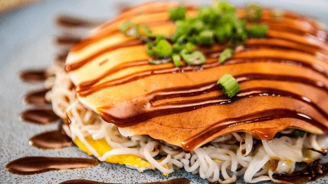 Memasak sendiri okonomiyaki di rumah