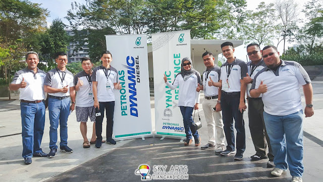 Group photo of blogger buddies together with PETRONAS VIPs that made this Dynamic Xperience possible!