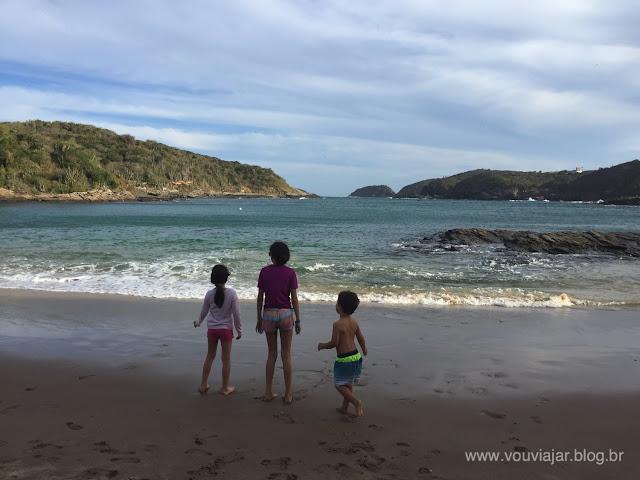 Criançada curtindo a praia do Forno, em Búzios