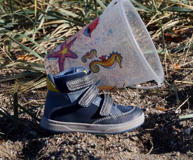 Spielen am Strand in neuen Herbst- und Winterschuhen (+ Verlosung). Hier zeige ich Euch z.B. coole Jungs-Schuhe in blau-gelb mit Klettverschluss.