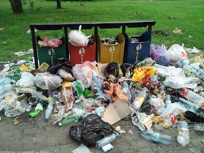 Müll liegt neben Mülleimer Spassbilder
