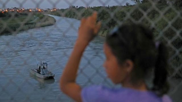 """""""Me trataron como basura"""": Las duras vivencias de los migrantes detenidos en la frontera con EE.UU."""