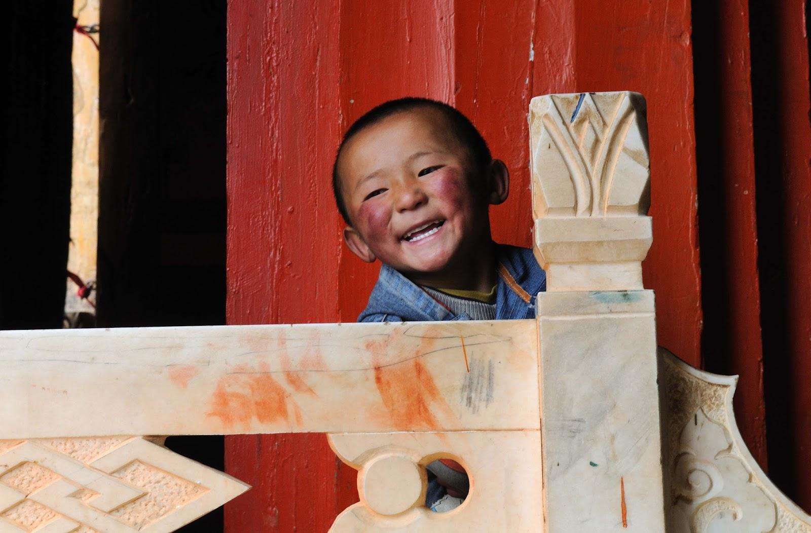 Sorriso franco e rosado de menino chinês: ilustra a seção a respeito dos textos das linhas de ''Tui / Alegria (Lago)'', um dos 64 hexagramas do I Ching, o Livro das Mutações