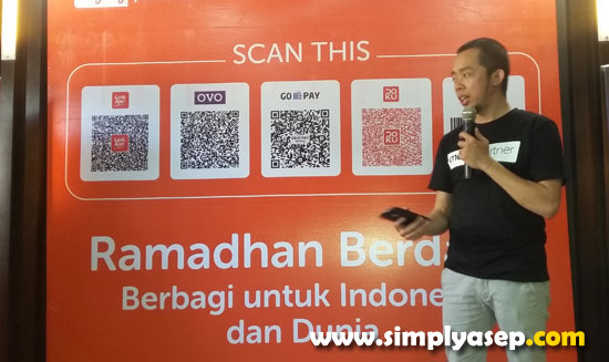 PRESENTASI : Asrul Putra Nanda dari Rumah Zakat saat menjelaskan aplikasi yang bisa digunakan masyarakat dalam menyumbang atau donasi dalam launching Ramadhan Berdaya Berbagi di Resto Pegasus Pontianak Selasa (30/4) Foto Asep Haryono