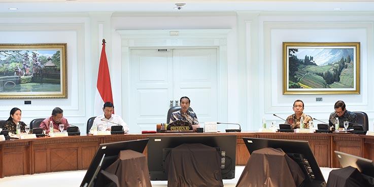 Presiden Jokowi memimpin rapat terbatas tentang perlindungan konsumen, di Kantor Presiden, Jakarta, Selasa (21/3) siang.