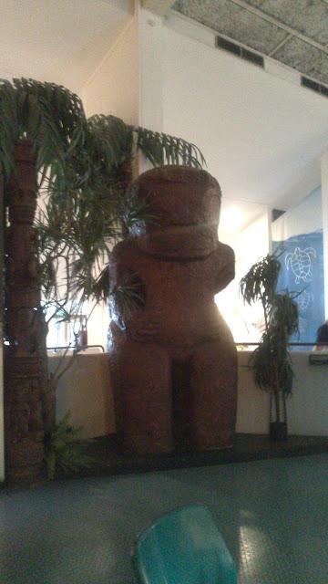 Escultura moái de la Isla de Pascua en el museo de Kon-Tiki
