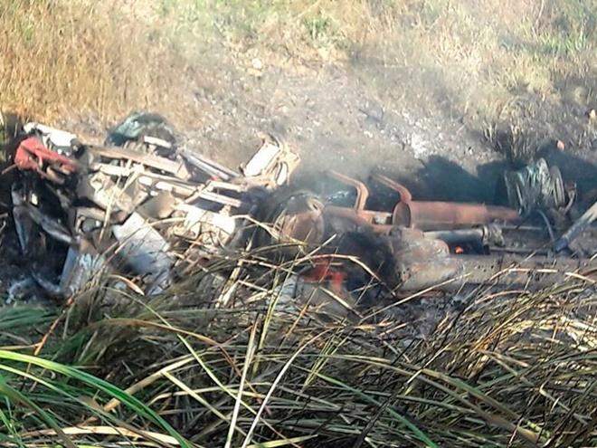 Carreta pega fogo após capotamento e motorista morre carbonizado