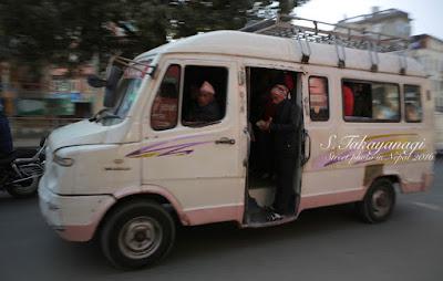 カトマンズを走る乗合バス