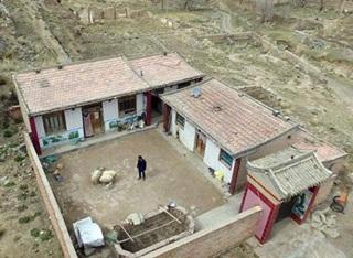 Lihat, Desa yang Sangat Luas Ini Hanya Dihuni Seorang Pria dan Domba Peliharaannya