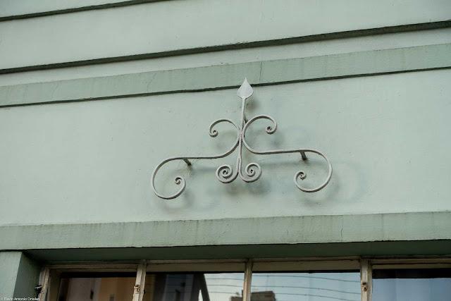 Detalhe de ornamento de ferro em fachada de casa