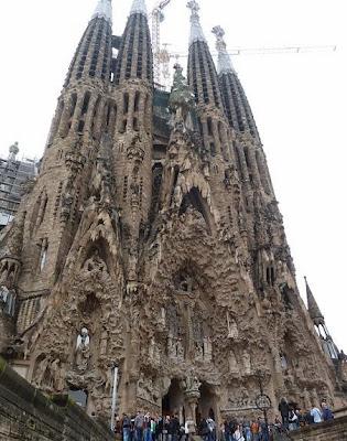 Imagem da Igreja Sagrada Família, conhecendo um pouco de Barcelona.
