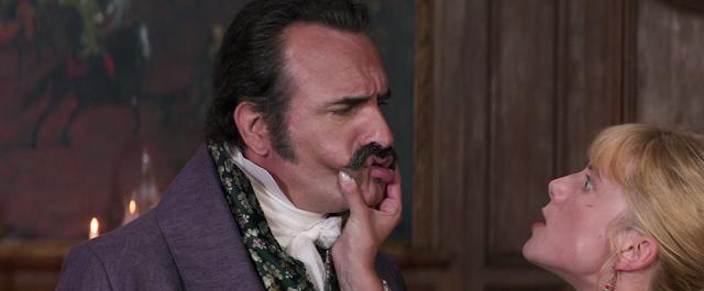 Élisabeth (Mélanie Laurent) doit jouer serré avec Neuville (Jean Dujardin) dans Le Retour du héros