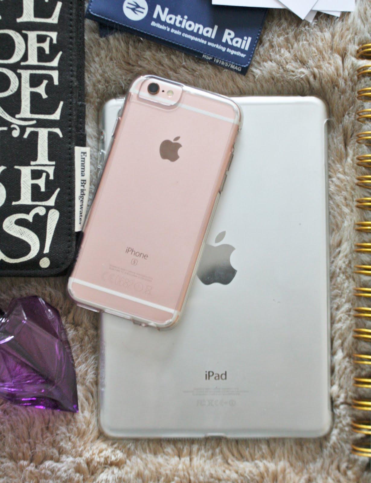 blogger essentials, flatlay, blogger event, london, travel essentials, travel kit, emma bridgewater, iphone 6s, iphone 6, iphone 6s case, ipad mini, iphone, ipad, 64gb