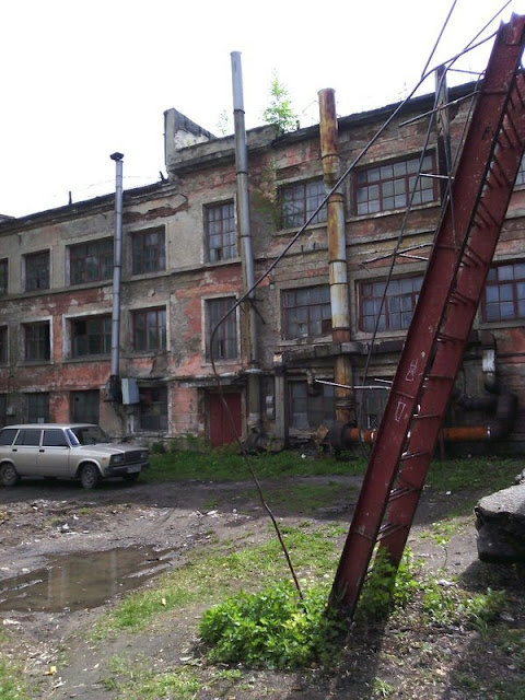 здание завода снаружи