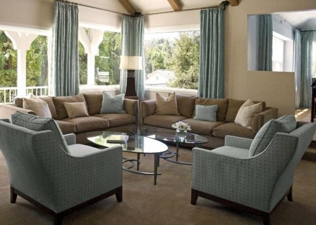 Sala moderna decorada con muebles en color arena y celeste grisáceo