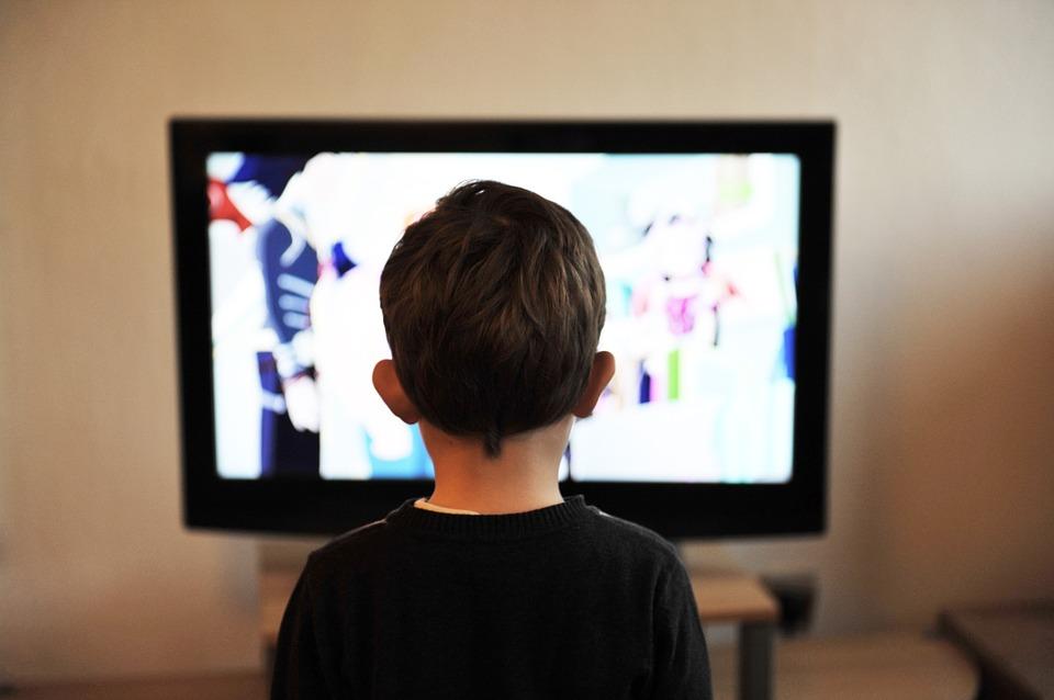 anak-anak menonton tv
