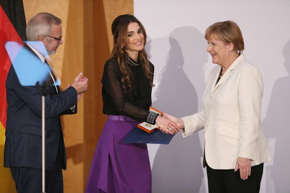 Queen Rania Al Abdullah of Jordan receives the Walter Rathenau Prize from German Chancellor Angela Merkel