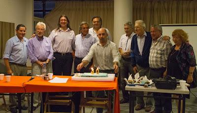 Al finalizar la conferencia, festejamos con una torta, y el feliz cumpleaños, junto a los asistentes que han tenido representación parlamentaria en la ciudad.