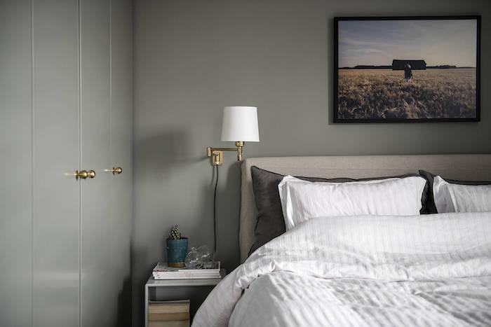 Dormitorio con paredes y mobiliario pintado de verde