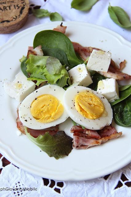 Antipasto con bacon Lenti, uova sode, feta e insalata novella