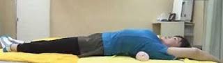 Полотенце уберет обвисший живот и выпрямит спину