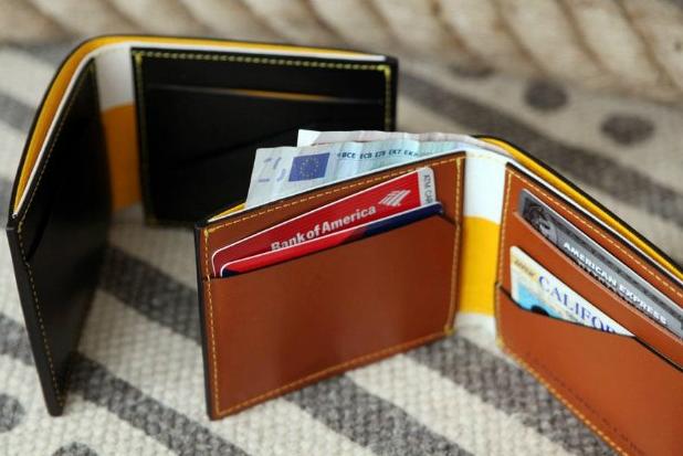 Isi dompet Pria biasanya kartu dan sedikit uang tunai
