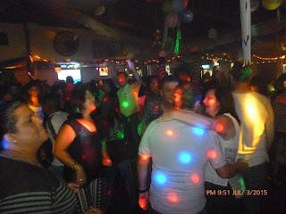 gente bailando en titos bar aserrí, pista de baile